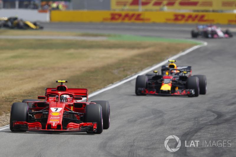 Kimi Raikkonen, Ferrari SF71H, precede Max Verstappen, Red Bull Racing RB14