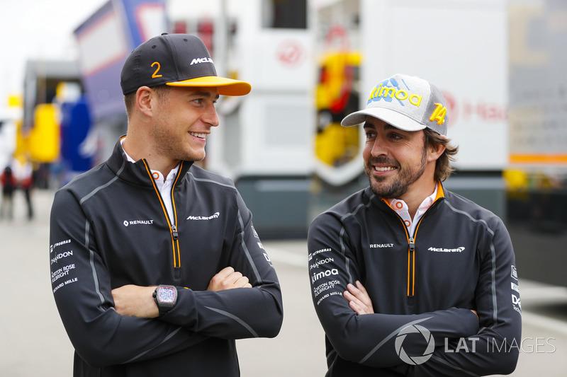 Stoffel Vandoorne, McLaren, y Fernando Alonso, McLaren