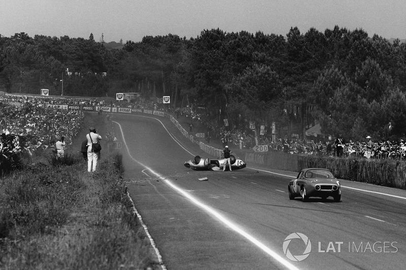 Roger Masson, Pierre Monneret, Rene Bonnet Aerodjet LM6 Renault, fica de cabeça para baixo no meio da pista quando se aproxima Bruno Basini, Robert Bouharde, Renne Bonnet Aerodjet LM6 Renault