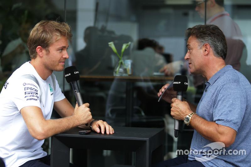 (L n. R): Nico Rosberg, Mercedes AMG F1 mit Jean Alesi, Canal+ Moderator