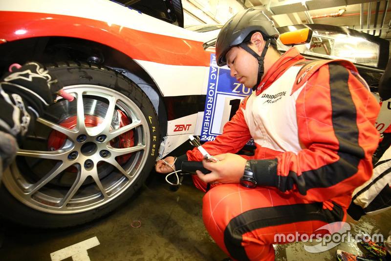 タイヤをチェックするブリヂストンのスタッフ