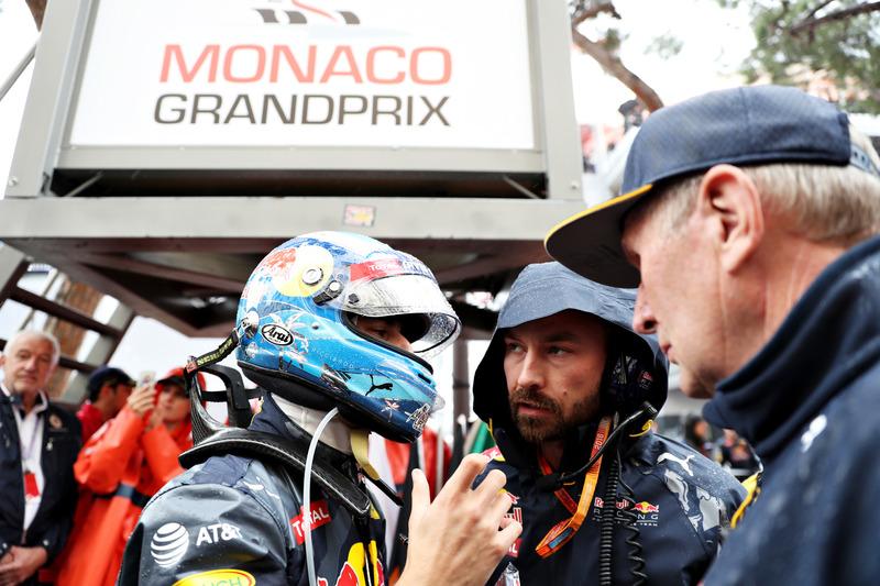 Daniel Ricciardo, Red Bull Racing habla Ingeniero de carrera Simon Rennie en la red