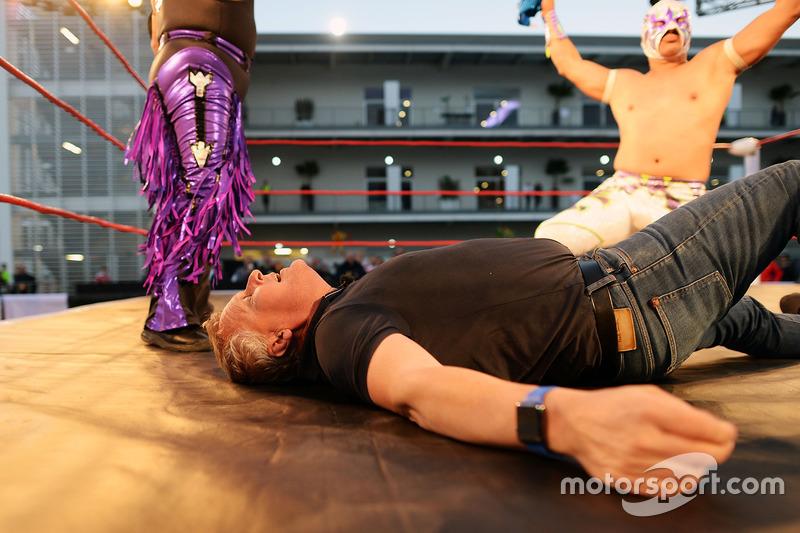 جوني هيربرت، مُقدم بشبكة قنوات سكاي سبورتس فى مباراة مصارعة