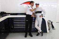Eric Boullier, McLaren-Rennleiter, mit Stoffel Vandoorne, McLaren