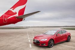 Tesla Model S tegen Boeing 737