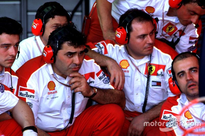 Les mécaniciens Ferrari après l'abandon de Michael Schumacher