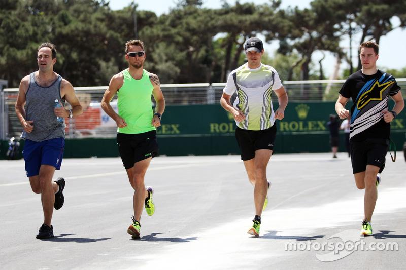 Дженсон Баттон, McLaren біжить по треку з Майком Коллером, персональним тренером, та Стоффель Вандорн, резервний та тест-пілот McLaren