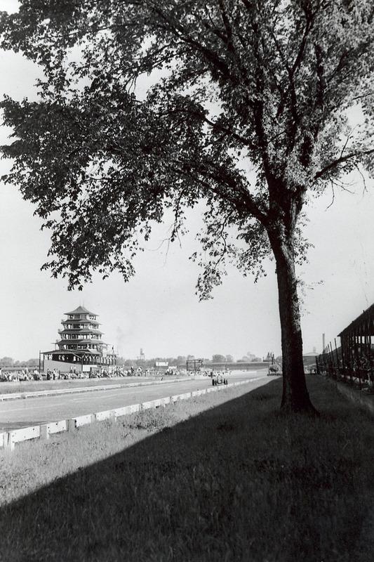Pagoden-Turm mit Baum