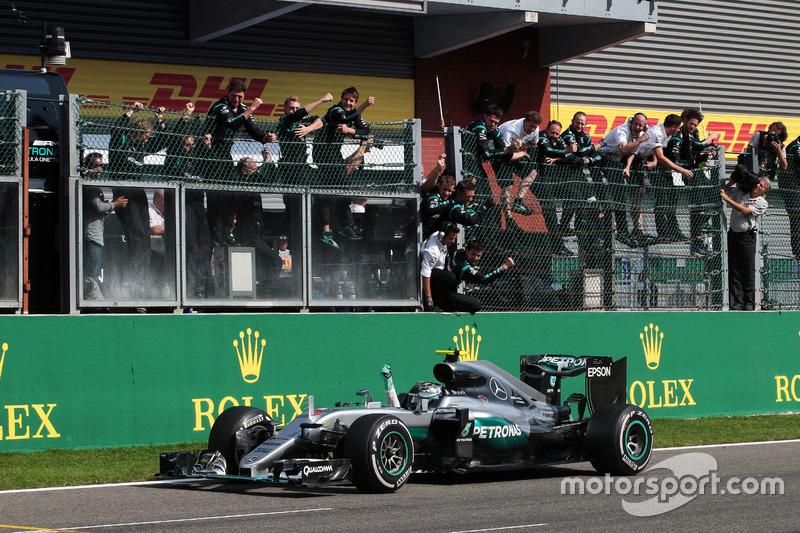 Il vincitore della gara Nico Rosberg, Mercedes AMG F1 W07 Hybrid festeggia mentre sorpassa il team alla fine della gara