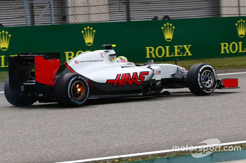 Esteban Gutierrez, Haas F1 Team VF-16 with his rear brakes on fire