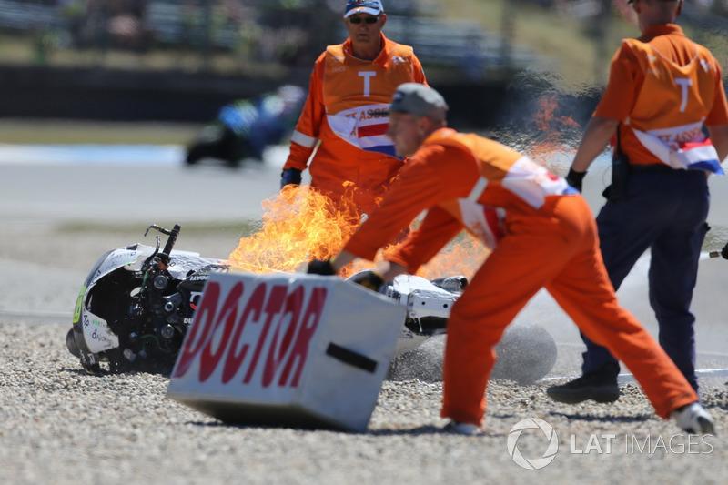 La moto d'Alvaro Bautista, Angel Nieto Team, en feu