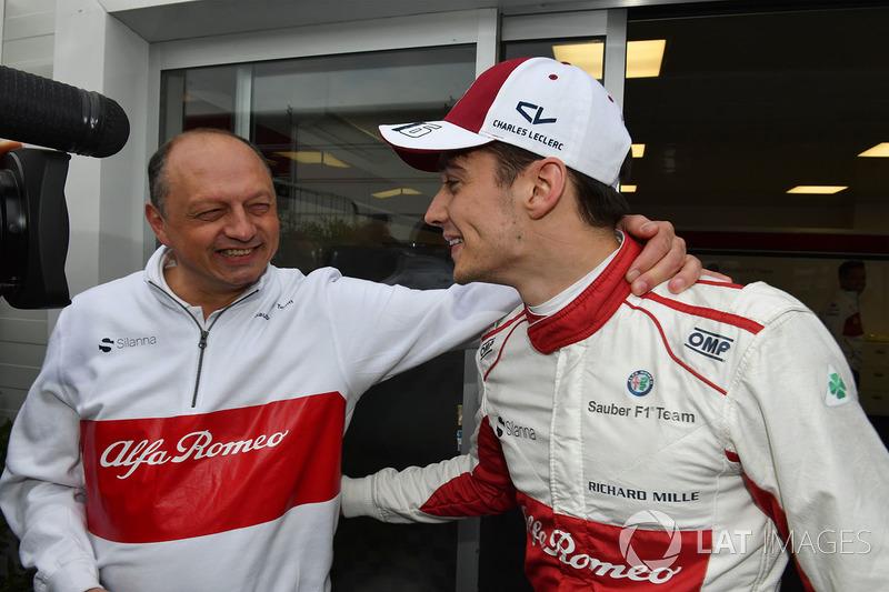 Charles Leclerc, Sauber celebrates sixth place with Frederic Vasseur, Sauber, Team Principal