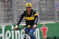 Carlos Sainz Jr., Renault Sport F1 Team cycles the track
