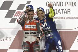 Переможець гонки Андреа Довіціозо, Ducati Team, третє місце Валентино Россі, Yamaha Factory Racing