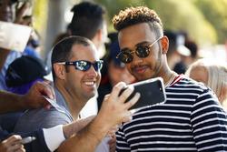 Lewis Hamilton, Mercedes AMG F1, toma una selfie con un fan