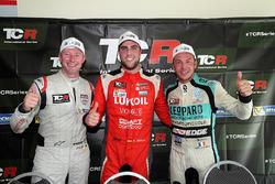 Il vincitore di gara 1 Pepe Oriola, Lukoil Craft-Bamboo Racing, il secondo classificato Gordon Shedden, Leopard Racing Team WRT, il terzo classificato Jean-Karl Vernay, Leopard Racing Team WRT