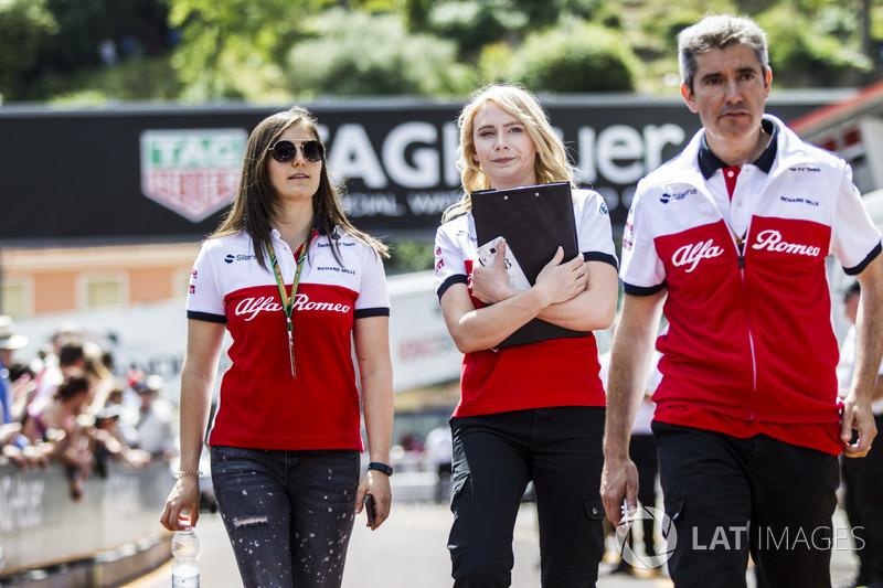 Tatiana Calderón, Sauber Test Driver camina la pista con Ruth Buscombe, Sauber y Xevi Pujolar, Sauber