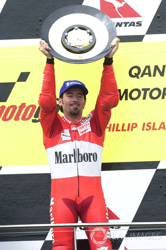 Podio: 1º Max Biaggi, 2º Loris Capirossi, 3º Valentino Rossi