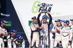 Podio: i vincitori della gara #8 Toyota Gazoo Racing Toyota TS050 Hybrid: Anthony Davidson, Sébastien Buemi, Kazuki Nakajima