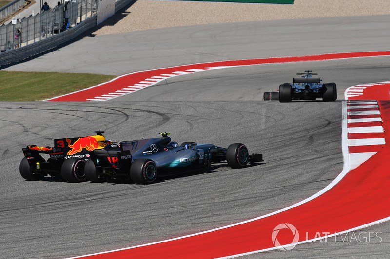 Valtteri Bottas, Mercedes-Benz F1 W08  y Daniel Ricciardo, Red Bull Racing RB13 battle