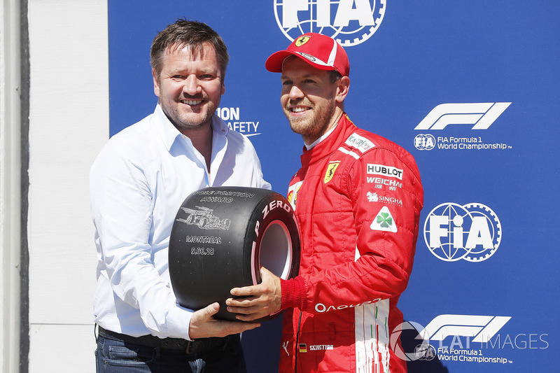 Paul Hembrey, Direttore Pirelli Motorsport, consegna a Sebastian Vettel, Ferrari, il Pirelli Pole Position Award