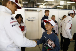 Marcus Ericsson, Sauber, meets a young fan