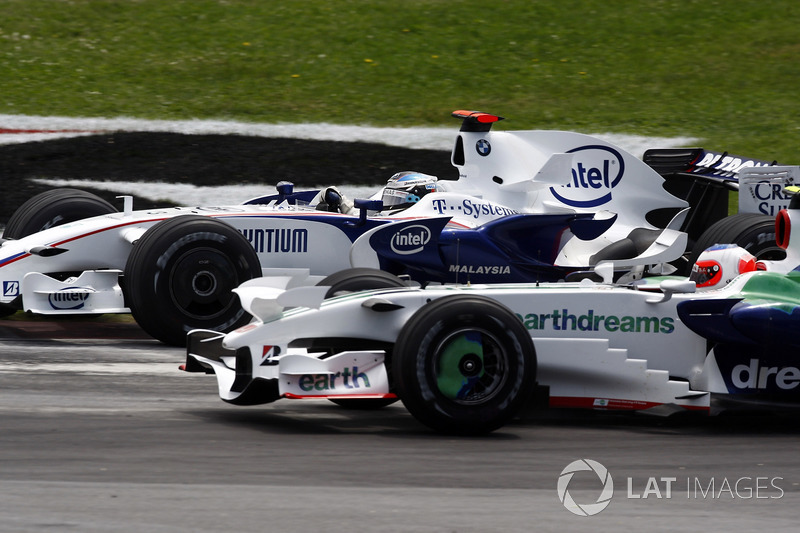 Рубенс Баррикелло здорово стартовал, но перед гонкой его Honda была заправлена сильнее других – и в итоге бразилец начал пропускать соперников. В частности, с ним разделался Ник Хайдфельд