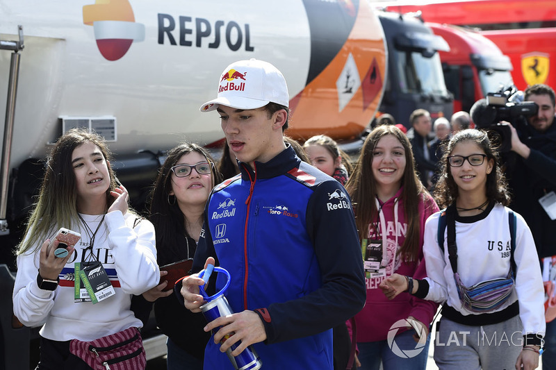 Гонщик Scuderia Toro Rosso Пьер Гасли и юные болельщицы
