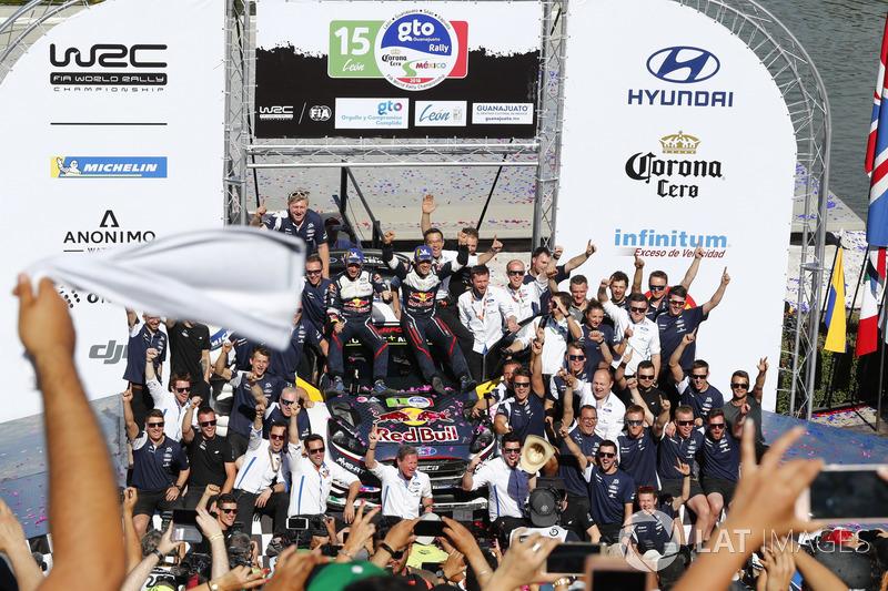 Podio: i vincitori Sébastien Ogier, Julien Ingrassia, M-Sport Ford WRT Ford Fiesta WRC con il team