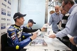 Tito Rabat, Avintia Racing y Xavier Simeon, Avintia Racing sign autographs