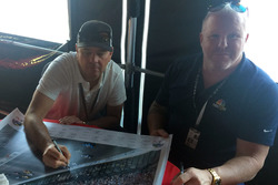 Jimmy Vasser e Paul Tracy firmano il poster di Justin Wilson