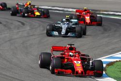 Sebastian Vettel, Ferrari SF71H, lider a Valtteri Bottas, Mercedes AMG F1 W09, Kimi Raikkonen, Ferrari SF71H, y Max Verstappen, Red Bull Racing RB14