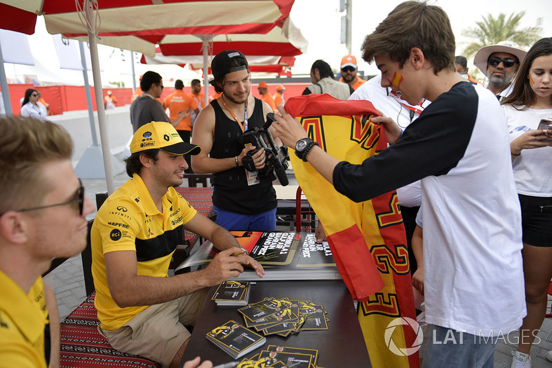 Carlos Sainz Jr., Renault Sport F1 Team at the autograph session