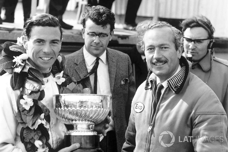 Le vainqueur Jim Clark, Lotus, reçoit son trophée avec le directeur d'équipe Colin Chapman sur le podium