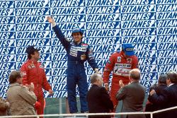 Podio: ganador de la carrera Alain Prost, Renault, segundo lugar Patrick Tambay, Ferrari, tercer lugar Eddie Cheever, Renault