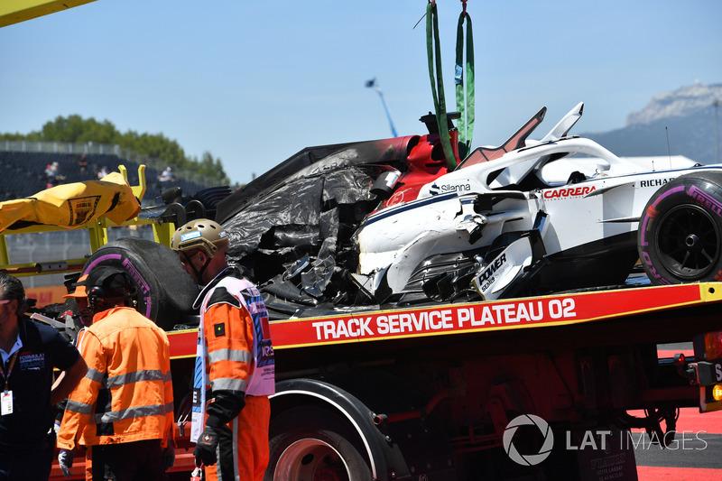 La voiture endommagée de Marcus Ericsson, Sauber C37 est ramenée au stand