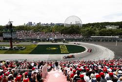 Daniel Ricciardo, Red Bull Racing RB14, por delante de Kimi Raikkonen, Ferrari SF71H, y Esteban Ocon, Force India
