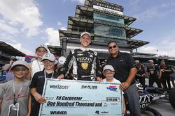 Le vainqueur du Verizon P1 Pole Award, Ed Carpenter, Ed Carpenter Racing Chevrolet reçoit le chèque de 10'000 dollars du poleman