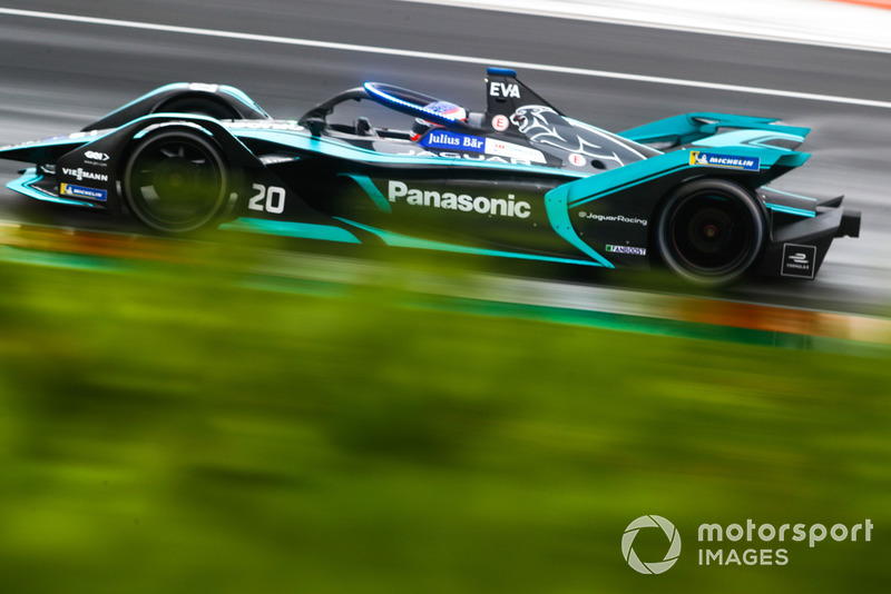 Mitch Evans, Panasonic Jaguar Racing, Jaguar I-Type 3 con las nuevas luces LED azules del Halo, en modo ataque