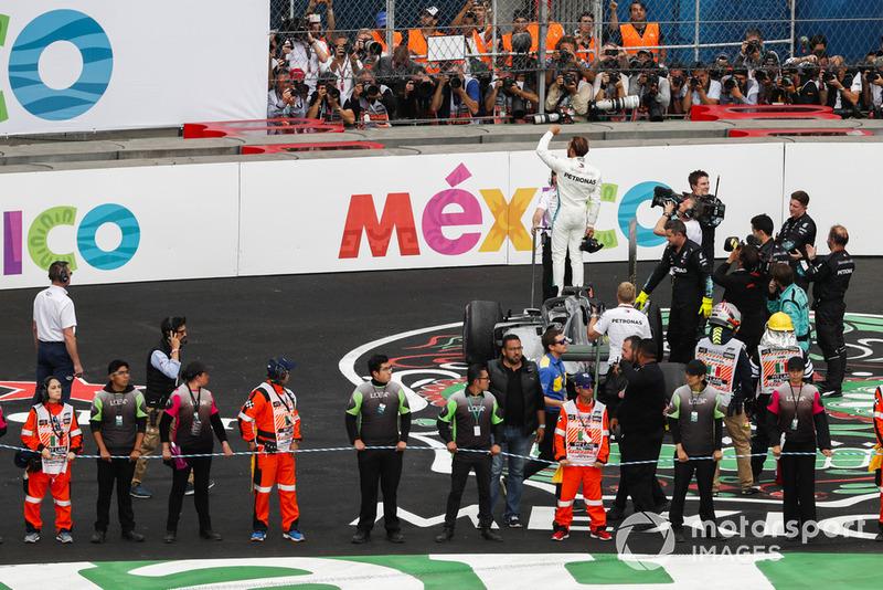 Lewis Hamilton, Mercedes AMG F1, fête son cinquième titre