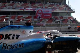 Robert Kubica, Williams FW42 e cartelloni dei tifosi sulla tribuna principale