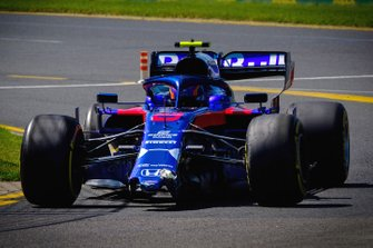 Alex Albon, Toro Rosso STR14 with a broken front wing
