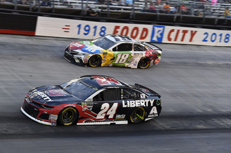 William Byron, Hendrick Motorsports, Chevrolet Camaro Liberty University and Kyle Busch, Joe Gibbs Racing, Toyota Camry M&M's White Chocolate