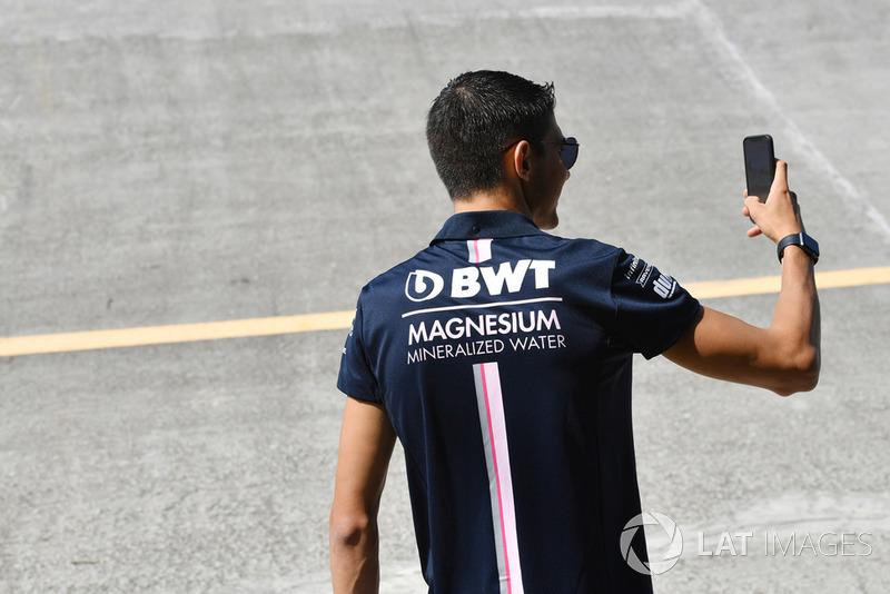 Esteban Ocon, Racing Point Force India F1 Team prend un selfie