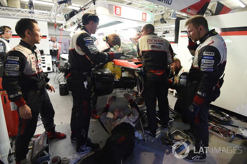 Reparatur: Mechaniker am #8 Toyota Gazoo Racing Toyota TS050 Hybrid: Anthony Davidson, Sébastien Buemi, Kazuki Nakajima
