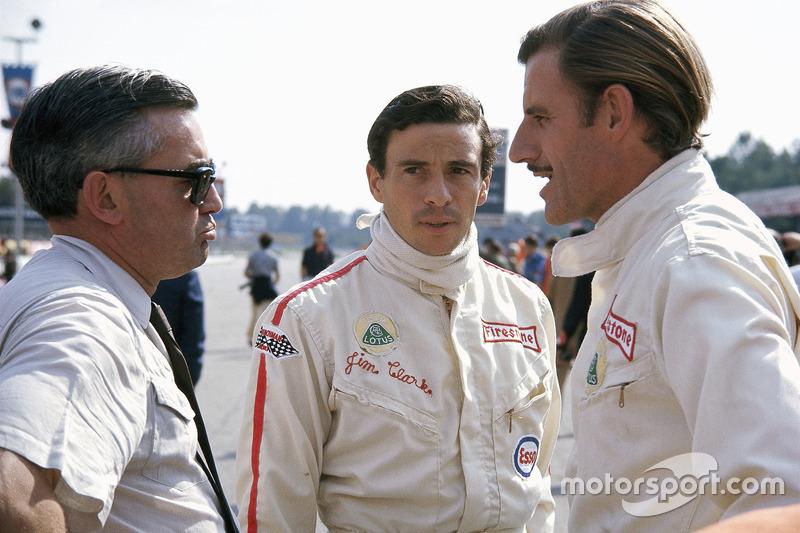 Pilotos de Lotus Jim Clark y Graham Hill con Walter Hayes, ejecutivo de relaciones públicas de Ford