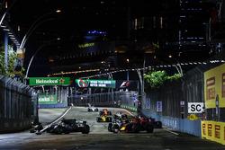 Lewis Hamilton, Mercedes AMG F1 W08, Daniel Ricciardo, Red Bull Racing RB13, the rest of the field