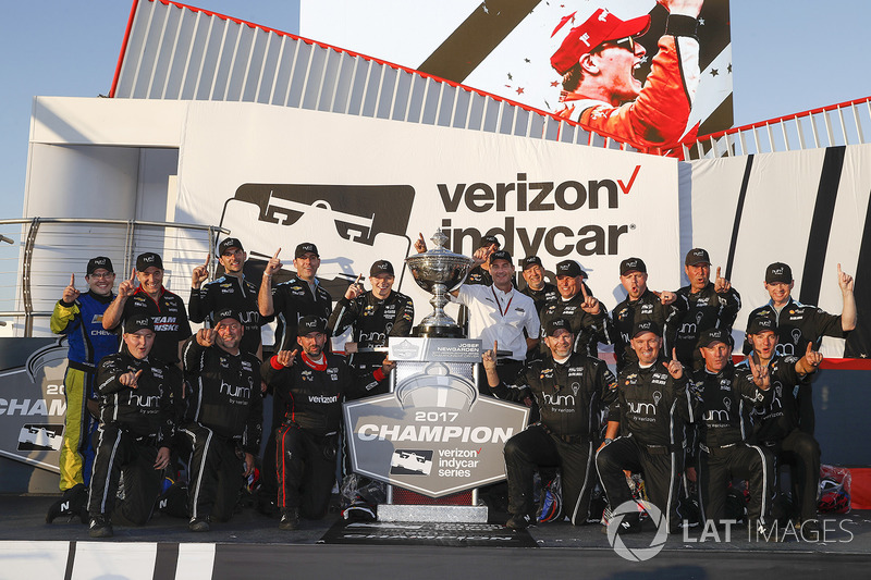 2017 champion Josef Newgarden, Team Penske Chevrolet celebrates with his team