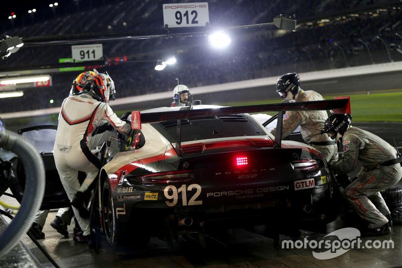 Pitstop, #912 Porsche Team North America Porsche 911 RSR: Kevin Estre, Laurens Vanthoor, Richard Lietz