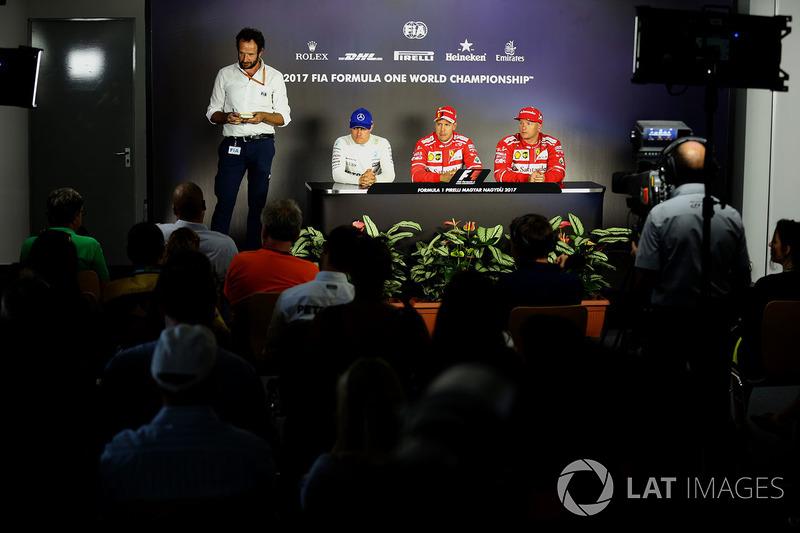 Маттео Бончіані, медіа-делігат FIA, третє місце Валттері Боттас, Mercedes AMG F1, володар поул-позиції Себастьян Феттель, Ferrari, друге місце Кімі Райкконен, Ferrari
